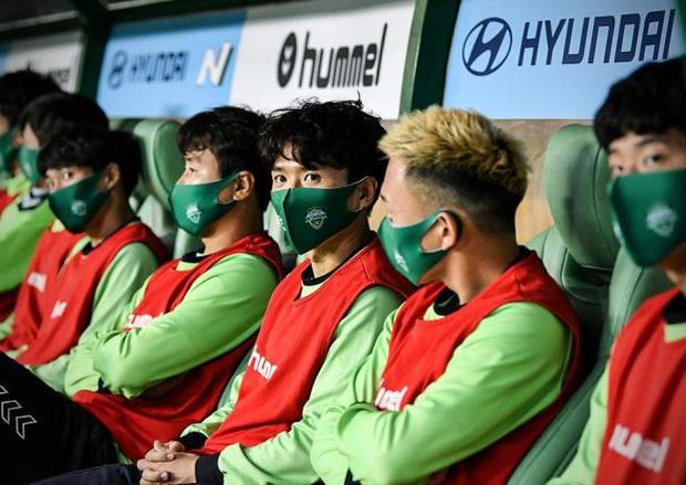 Trọng tài Hàn Quốc từ chối kéo cầu thủ đứng dậy, lý do thật sự phía sau gây sốt báo chí thế giới - Ảnh 2.