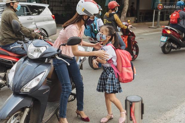 Học sinh mầm non, Tiểu học khóc oà nức nở ngày trở lại trường: Nhớ thầy cô bạn bè nhưng muốn ở nhà với mẹ cơ! - Ảnh 20.