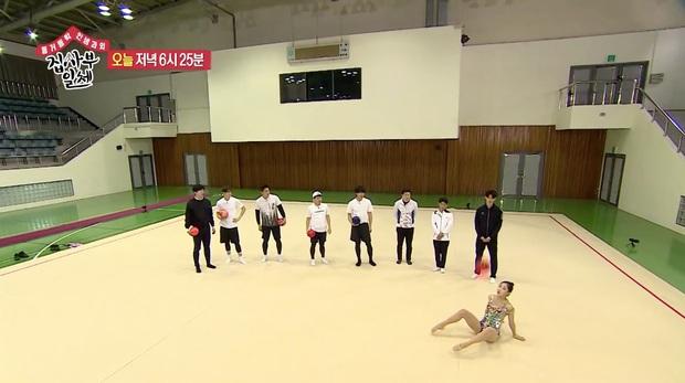 Nhìn cũng thấy đau, mỹ nam Cha Eun Woo bị bóng rơi ngay... khu vực nhạy cảm - Ảnh 2.