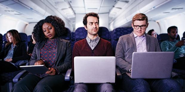 Người ngồi ghế giữa trên máy bay có nên sở hữu cùng lúc 2 tay vịn? Câu hỏi tuy đơn giản nhưng lại khiến dân mạng tranh cãi không hồi kết! - Ảnh 6.