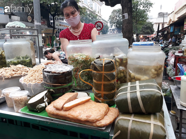 Giá thịt lợn vẫn ở mức cao khiến giá giò chả tại các chợ cũng nhảy múa liên tục, chả mỡ từ 110 nghìn đồng/kg tăng lên đến 160 nghìn đồng/kg - Ảnh 1.