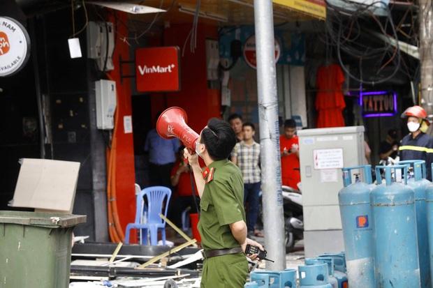 Hà Nội: Nổ bình gas kinh hoàng tại nhà hàng gà rán ở phố Cổ, 3 người nhập viện cấp cứu - Ảnh 4.