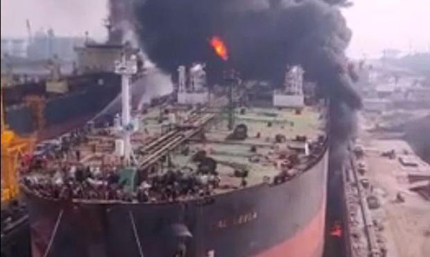 Hàng chục người vẫn mắc kẹt trong vụ cháy tàu chở dầu ở Indonesia - Ảnh 1.