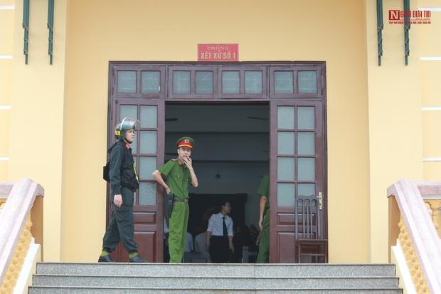 Những hình ảnh đầu tiên trong phiên xét xử gian lận thi cử tại Hòa Bình - Ảnh 11.