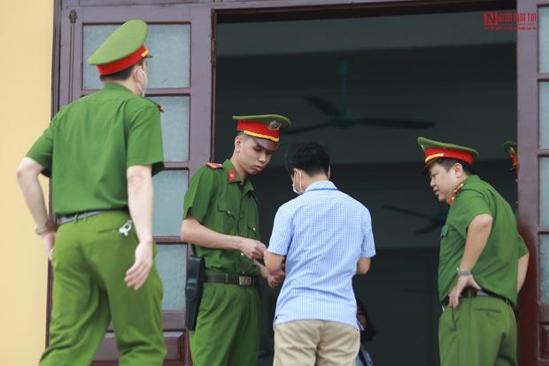 Những hình ảnh đầu tiên trong phiên xét xử gian lận thi cử tại Hòa Bình - Ảnh 12.