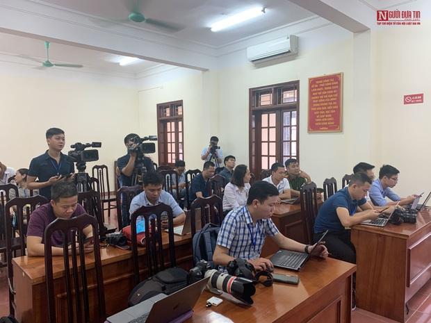 Những hình ảnh đầu tiên trong phiên xét xử gian lận thi cử tại Hòa Bình - Ảnh 7.