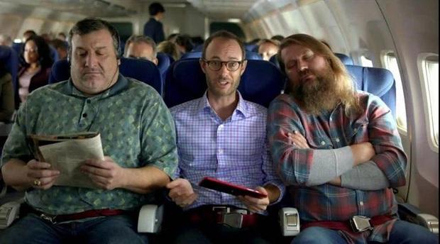 Người ngồi ghế giữa trên máy bay có nên sở hữu cùng lúc 2 tay vịn? Câu hỏi tuy đơn giản nhưng lại khiến dân mạng tranh cãi không hồi kết! - Ảnh 2.