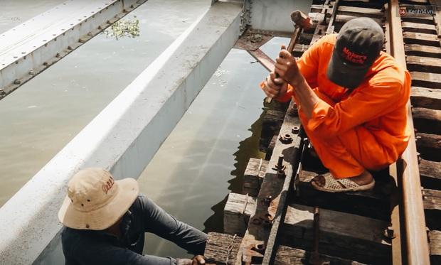 TP.HCM: Những nhát búa đầu tiên tháo dỡ cầu sắt Bình Lợi, chấm dứt sứ mệnh lịch sử sau gần 120 năm - Ảnh 6.