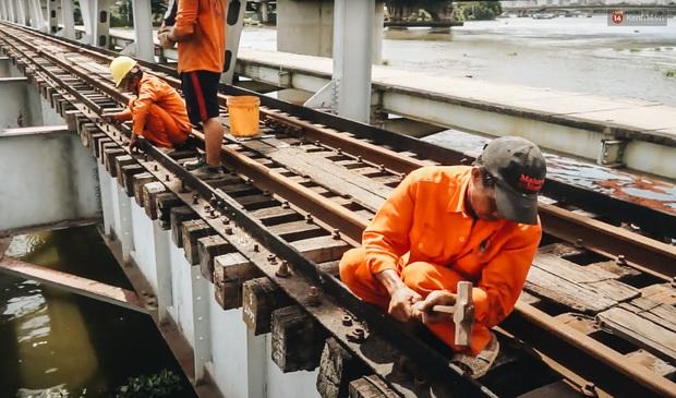 TP.HCM: Những nhát búa đầu tiên tháo dỡ cầu sắt Bình Lợi, chấm dứt sứ mệnh lịch sử sau gần 120 năm - Ảnh 4.