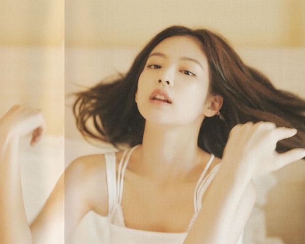 Netizen đang phát cuồng vì bộ ảnh giường chiếu của Jennie (BLACKPINK): Xinh như tiên tử, bổ mắt nhất là hình bên Rosé - Ảnh 3.