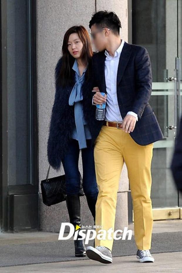 9 cặp đôi Kbiz từ friendzone mà thành: Jeon Ji Hyun và chồng CEO là thanh mai trúc mã, ca sĩ Hậu duệ mặt trời có cái kết đẹp - Ảnh 2.