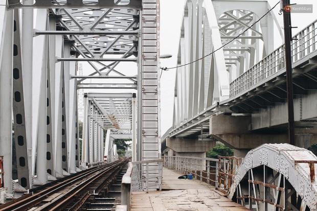 TP.HCM: Những nhát búa đầu tiên tháo dỡ cầu sắt Bình Lợi, chấm dứt sứ mệnh lịch sử sau gần 120 năm - Ảnh 11.