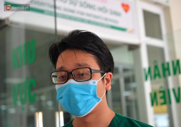 Đêm cứu sống bác gái bệnh nhân 17 khỏi tử thần: 40 phút ép tim liên tục 120 nhịp/phút, tưởng chừng phải buông bỏ nhưng điều kỳ diệu đã xảy ra - Ảnh 2.