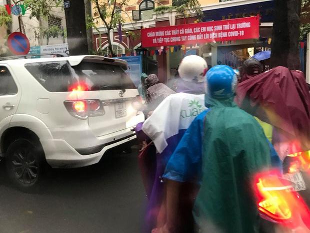 Phụ huynh, học sinh đội mưa tới lớp trong đặc sản tắc đường Hà Nội  - Ảnh 1.