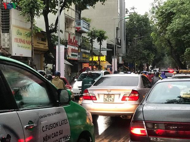 Phụ huynh, học sinh đội mưa tới lớp trong đặc sản tắc đường Hà Nội  - Ảnh 2.