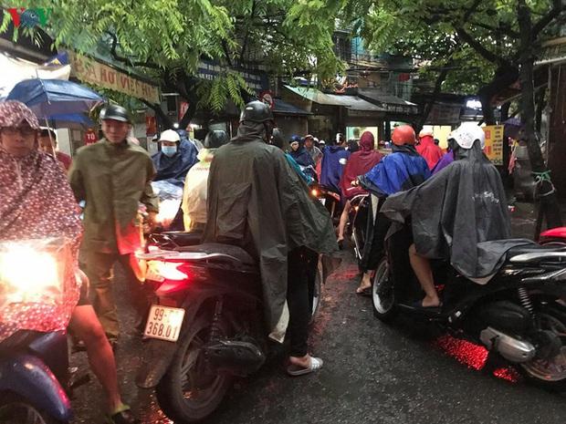 Phụ huynh, học sinh đội mưa tới lớp trong đặc sản tắc đường Hà Nội  - Ảnh 11.