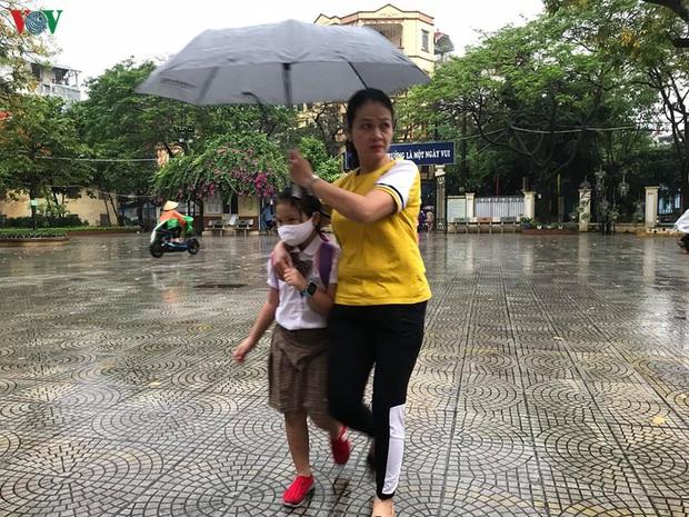 Phụ huynh, học sinh đội mưa tới lớp trong đặc sản tắc đường Hà Nội  - Ảnh 12.