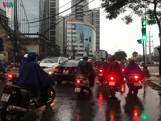 Phụ huynh, học sinh đội mưa tới lớp trong đặc sản tắc đường Hà Nội  - Ảnh 13.