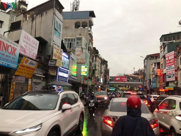 Phụ huynh, học sinh đội mưa tới lớp trong đặc sản tắc đường Hà Nội  - Ảnh 3.