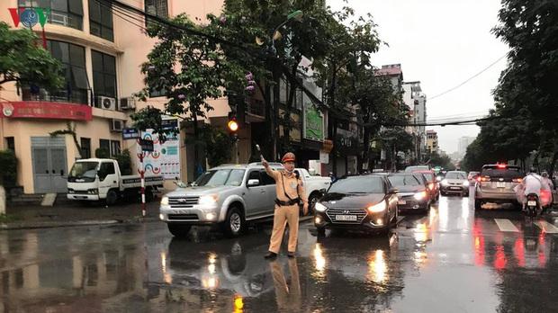 Phụ huynh, học sinh đội mưa tới lớp trong đặc sản tắc đường Hà Nội  - Ảnh 4.