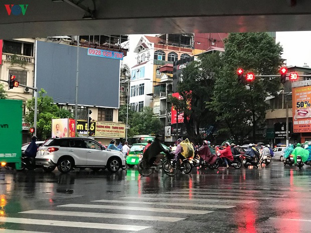 Phụ huynh, học sinh đội mưa tới lớp trong đặc sản tắc đường Hà Nội  - Ảnh 5.
