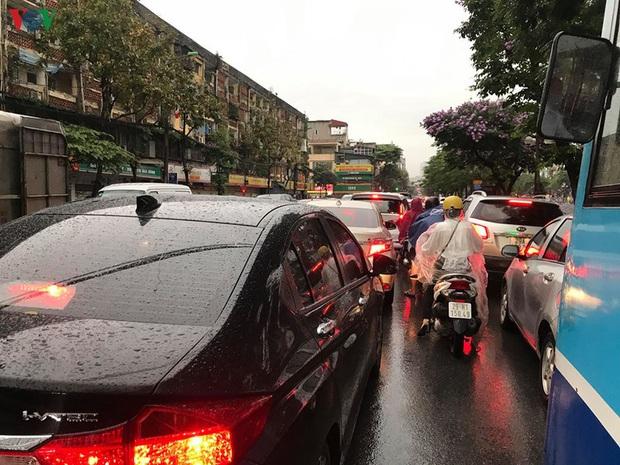 Phụ huynh, học sinh đội mưa tới lớp trong đặc sản tắc đường Hà Nội  - Ảnh 6.