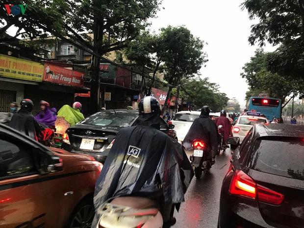 Phụ huynh, học sinh đội mưa tới lớp trong đặc sản tắc đường Hà Nội  - Ảnh 8.