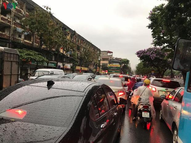 Phụ huynh, học sinh đội mưa tới lớp trong đặc sản tắc đường Hà Nội  - Ảnh 9.
