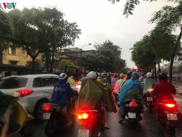 Phụ huynh, học sinh đội mưa tới lớp trong đặc sản tắc đường Hà Nội  - Ảnh 10.