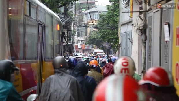Hà Nội tắc đường hàng km sau cơn mưa lớn - Ảnh 1.