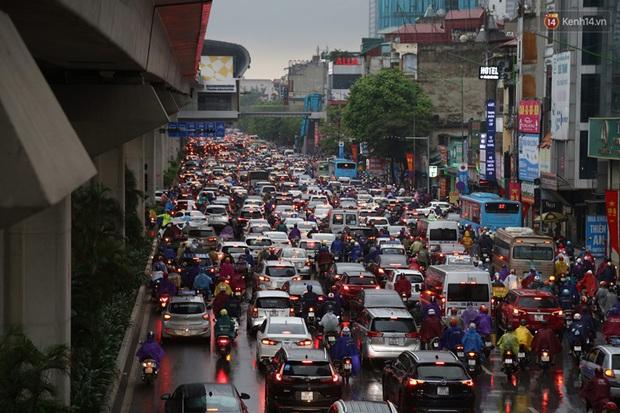 Hà Nội tắc đường hàng km sau cơn mưa lớn - Ảnh 2.