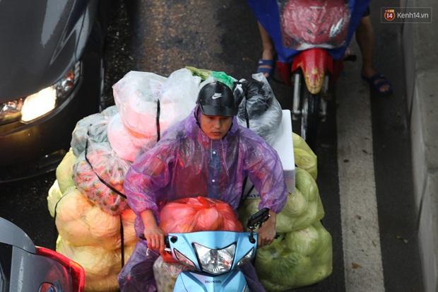 Hà Nội tắc đường hàng km sau cơn mưa lớn - Ảnh 10.