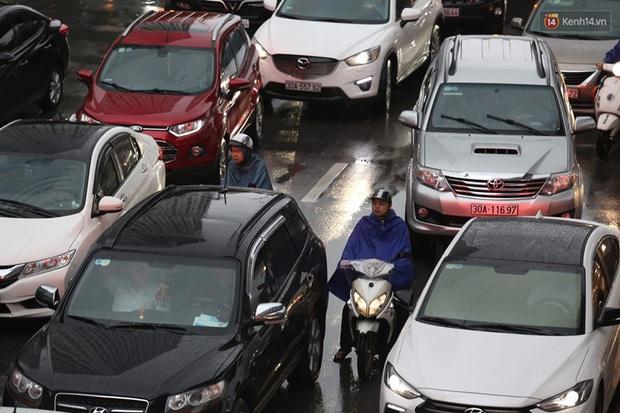 Hà Nội tắc đường hàng km sau cơn mưa lớn - Ảnh 11.