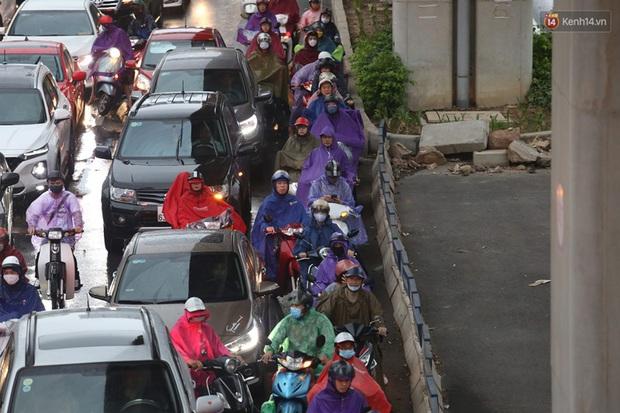 Hà Nội tắc đường hàng km sau cơn mưa lớn - Ảnh 15.