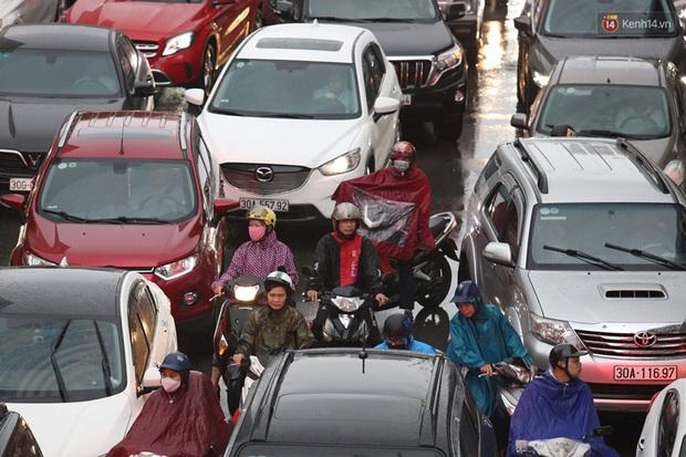 Hà Nội tắc đường hàng km sau cơn mưa lớn - Ảnh 13.