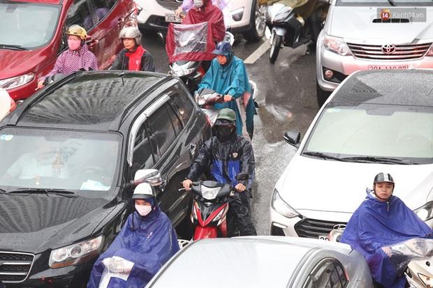 Hà Nội tắc đường hàng km sau cơn mưa lớn - Ảnh 14.