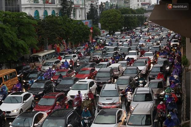 Hà Nội tắc đường hàng km sau cơn mưa lớn - Ảnh 16.