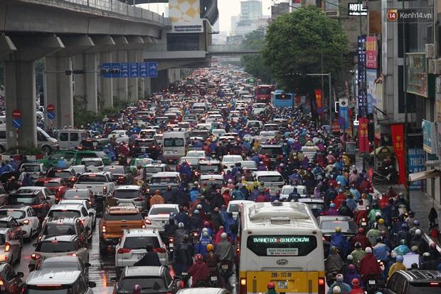 Hà Nội tắc đường hàng km sau cơn mưa lớn - Ảnh 3.