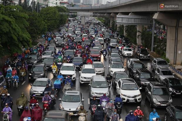 Hà Nội tắc đường hàng km sau cơn mưa lớn - Ảnh 4.