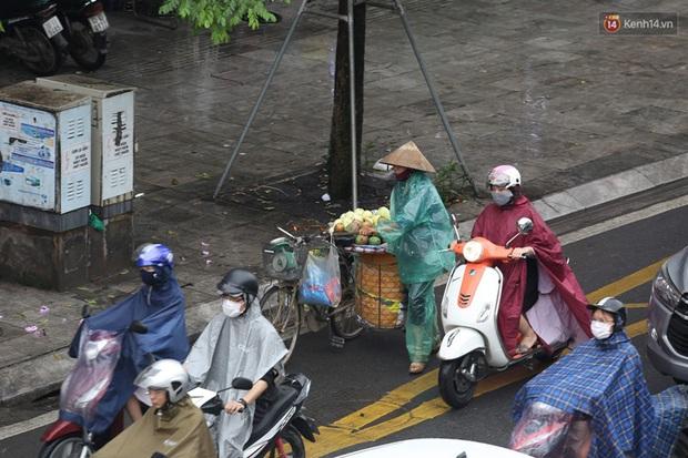 Hà Nội tắc đường hàng km sau cơn mưa lớn - Ảnh 5.