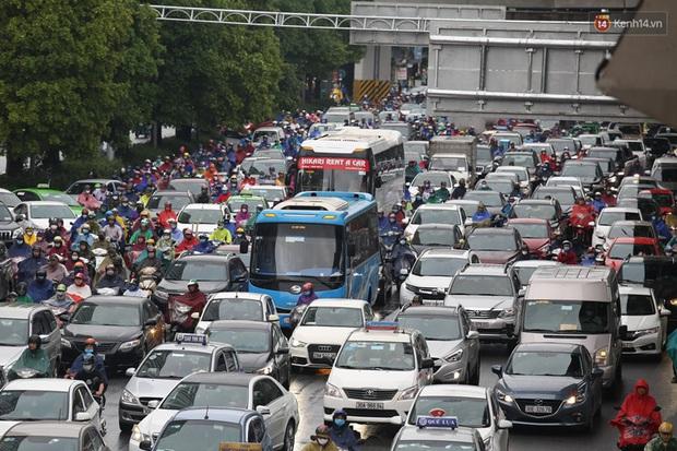 Hà Nội tắc đường hàng km sau cơn mưa lớn - Ảnh 6.