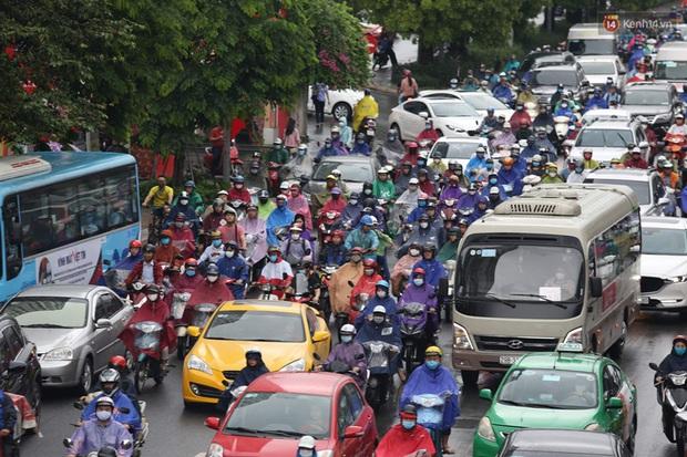 Hà Nội tắc đường hàng km sau cơn mưa lớn - Ảnh 8.