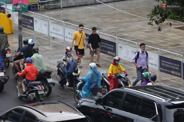 Hà Nội tắc đường hàng km sau cơn mưa lớn - Ảnh 9.