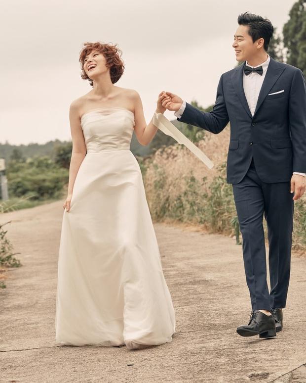 9 cặp đôi Kbiz từ friendzone mà thành: Jeon Ji Hyun và chồng CEO là thanh mai trúc mã, ca sĩ Hậu duệ mặt trời có cái kết đẹp - Ảnh 5.