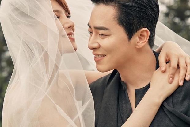 9 cặp đôi Kbiz từ friendzone mà thành: Jeon Ji Hyun và chồng CEO là thanh mai trúc mã, ca sĩ Hậu duệ mặt trời có cái kết đẹp - Ảnh 4.