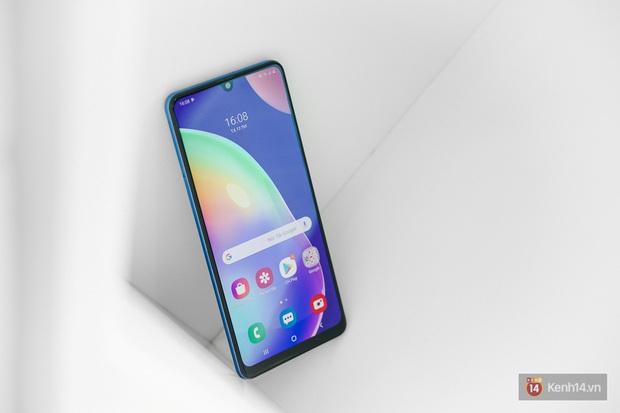 """Trên tay Galaxy A31: Nâng cấp toàn diện, cái gì cũng """"số má"""" hơn mà giá thì gần y như cũ - Ảnh 1."""