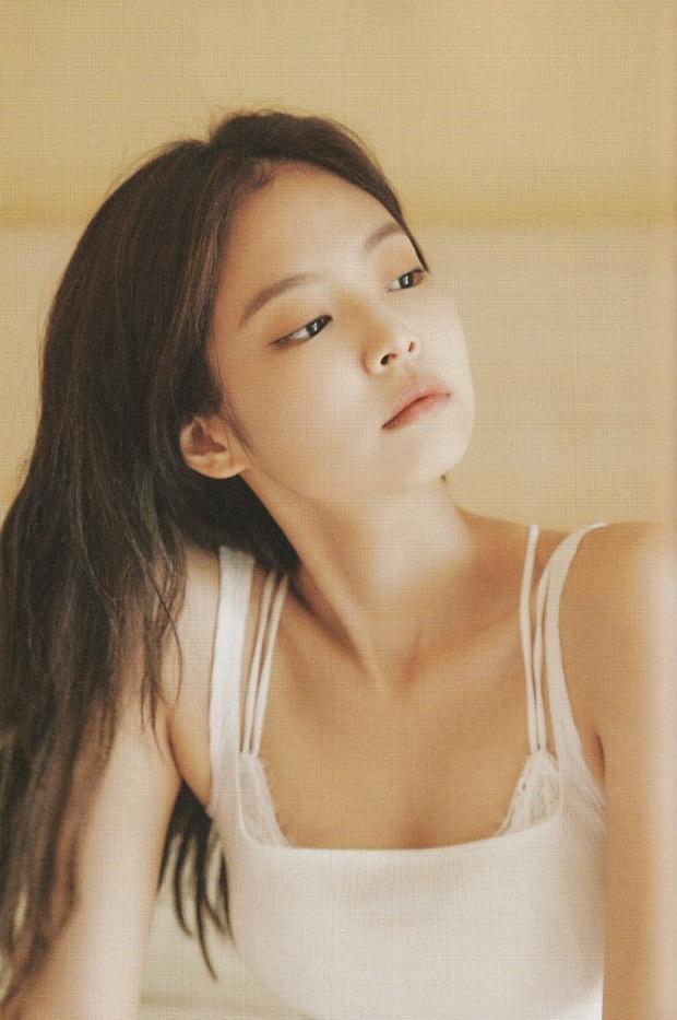Netizen đang phát cuồng vì bộ ảnh giường chiếu của Jennie (BLACKPINK): Xinh như tiên tử, bổ mắt nhất là hình bên Rosé - Ảnh 2.