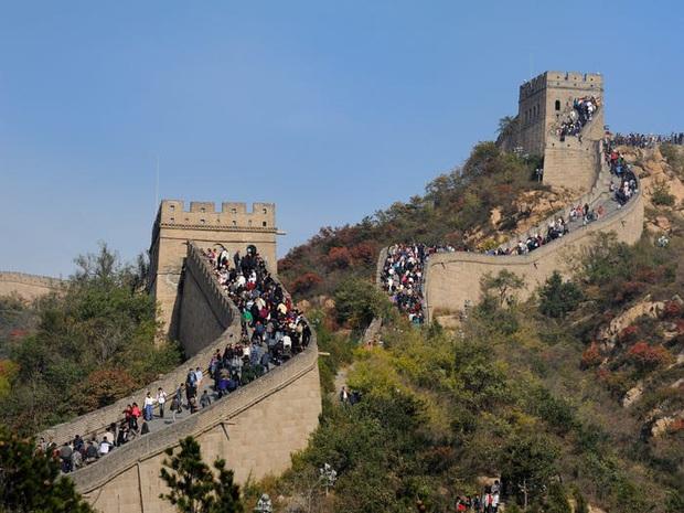 Nhiều địa điểm du lịch ở Trung Quốc cháy vé khi mở cửa trở lại, riêng lượng khách ghé Tử Cấm Thành ít hơn hẳn so với ngày thường - Ảnh 1.