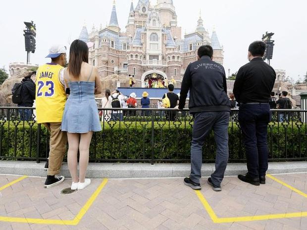 Nhiều địa điểm du lịch ở Trung Quốc cháy vé khi mở cửa trở lại, riêng lượng khách ghé Tử Cấm Thành ít hơn hẳn so với ngày thường - Ảnh 3.