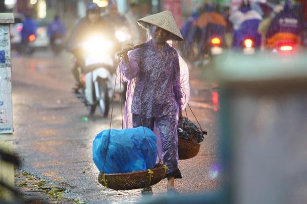 5h chiều bầu trời Hà Nội bất ngờ tối sầm, người đi đường vội vàng về nhà trong cơn mưa giờ cao điểm - Ảnh 19.
